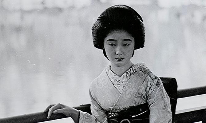 モノクロの着物の女性